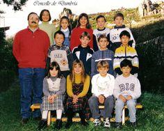 Grupo de nenos e nenas posando co seu mestre. Cedida por Ezaro.com