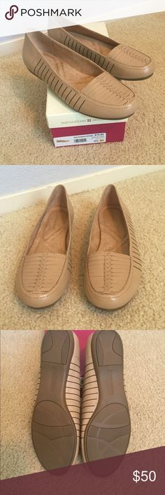 """💞 New Naturalizer Beige Leather shoes These new never worn shoes by Naturalizer are a beige leather the name of the shoe is """"Raelyn"""" 8 1/2 medium in excellent condition beautiful for the fall. From a non-smoking home! Naturalizer Shoes Flats & Loafers"""