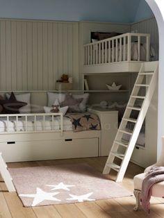Litera en tren en ángulo y con escaleras. Ideales para los niños. Decoración con estrellas.