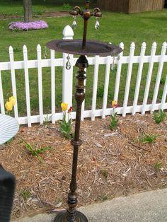 Bird feeder made from a floor lamp. Diy Bird Bath, Fleurs Diy, Old Lamps, Garden Crafts, Garden Ideas, Backyard Ideas, Patio, Back To Nature, Lamp Bases