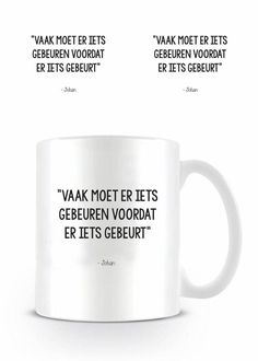 Keramische zwart wit mok met quote van Johan Cruijff 'Vaak moet er iets gebeuren voordat er iets gebeurt'.