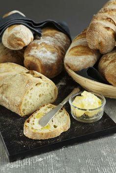 Ett gott surdegsbröd som går snabbt att baka med surdeg på burk. Skapa ditt eget bröd genom att variera mjöl, form och garnering!