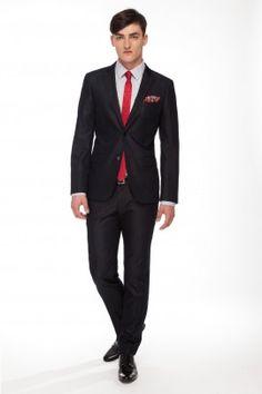 GARNITUR JAMES Całoroczny garnitur z linii RESPECT o lekko dopasowanej sylwetce, uszyty z tkaniny w mieszance bawełny, poliestru i elastanu w grafitowym kolorze.