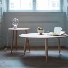 Hoof Table SW2 ø90 ANDTRADITION kr 4.995,00 Hoof table er designet av Samuel Wilkinson. Bordet har en myk avrundet kant. Bordbenene er spisset i enden noe som gir bordet en slående og funksjonell detalj. Hoof Table er laget i massiv eik med børstet overflate og kommer i følgende varianter: røktoljet eik, hvtoljet eik og sortbeiset eik.