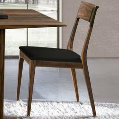 Silla Capri de Oliver B. cuenta con un sencillo acabado pero muy elegante para sentar a tus invitados enfrente de tu mesa. Esta silla es de diseño italiano y de madera maciza.