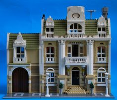 (Mauro Cavinato) has added a garden extension to his stunning Modular City Mansion, providing a peaceful space to retreat from the hustle and bustle of the city. Packed with clever details a… Lego Boards, Lego Activities, Lego Modular, All Lego, Lego Castle, Cool Lego Creations, Lego Creator, Custom Lego, Lego Building