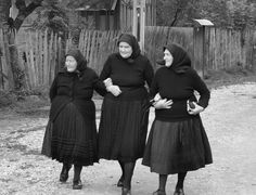 old Hungarian farmers in Transylvania Hungarian Women, Three Sisters, My Heritage, People Around The World, Belle Photo, Old Photos, Nice Dresses, Beautiful People, Black And White