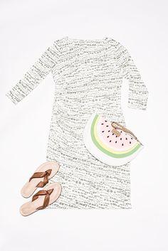 Ich habe eine Wassermelone getragen – das geht jetzt mit Stil! Zum Beispiel mit der süßen Codello Clutch und dem passenden Kleid im Jungle-Design. Lässig und elegant sind die Next Sandalen mit weichem Knoten, die mit jedem Schritt Stilsicherheit ausstrahlen.