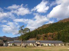 ごんた山の秋。木造校舎は旧多紀中学校です。