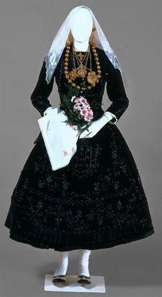 fashionsfromhistory:  Traditional Wedding Dress 1936-1976 Minho Province, Portugal Museu de Arte Popular