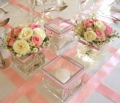 #στολισμος γαμου κεντρικη συνθεση αποτελούμενη από 2 γυάλες με κερί και κορδόνι και 2 γυάλες με μπουκετα λουλουδιών