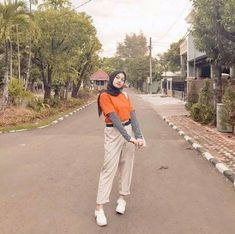 Ideas For Travel London Outfit Summer Modern Hijab Fashion, Street Hijab Fashion, Hijab Fashion Inspiration, Muslim Fashion, Fashion Ideas, Arab Fashion, Modest Fashion, 90s Fashion, Fashion Fashion
