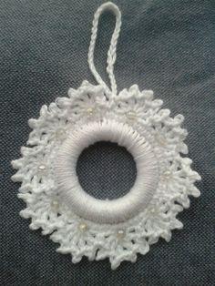 Sneeuwvlok kersthanger haken. Crochet sbowflake around ring.