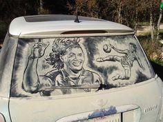 Me Lave PFVR! Americano faz desenhos nos vidros de carros empoeirados