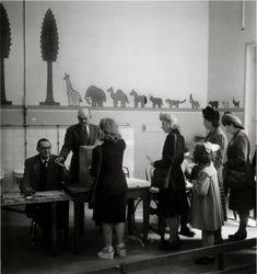 1er vote des femmes | 29 avril 1945 |¤ Robert Doisneau | 29 avril 2015 | Atelier Robert Doisneau | Site officiel