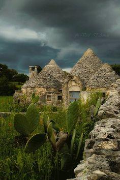 Il trullo  è un tipo di costruzione conica in pietra a secco tradizionale della Puglia centro-meridionale.