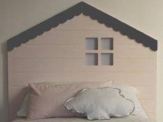 Uma casinha em forma de cabeceira da cama ou uma cabeceira em forma de casinha? O que vale é a boa ideia, customizada, para a cabeceira. Crédito: http://www.decoideas.net/