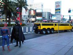Las Vegas è proprio una città surreale...cosa si staranno dicendo Batman e Spiderman?