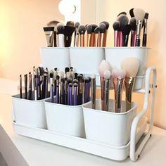 Mantén tus brochas en una maceta. | 14 Cosas útiles que te ayudarán a organizar tus productos de belleza