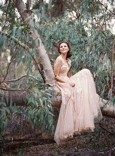 ドレスも必ずしも白でなければいけないわけではありません。好みで少し色のついたものを着てもOKなんです。淡いピンクが森の雰囲気にマッチしていますね。