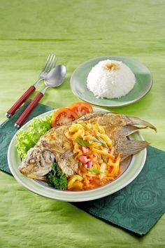Ikan gurame saus acar asam manis, nikmati sensasi rasanya yang menggiurkan.