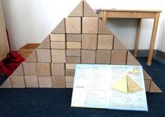 Gebouwen nabouwen in de blokkenhoek, thema kunst, Piramide voor kleuters, kleuteridee.nl , Make the building in the block area.