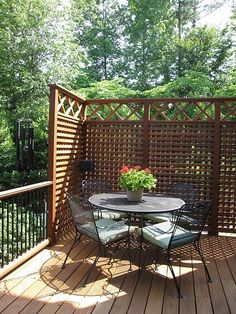 A patio of squares and rounds. Best patio design ideas, for for back yard or front yard on your garden Privacy Screen Outdoor, Backyard Privacy, Backyard Patio, Backyard Landscaping, Porch Privacy, Privacy Fences, Deck Privacy Screens, Privacy Trellis, Patio Stairs