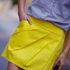 Pack de jupes courtes polymorphes, taille basse, coupe légèrement évasée, dos élastiqué smocké, large ceinture devant. 4 versions principales : Version A, devant simple et épuré / Version B, deva…
