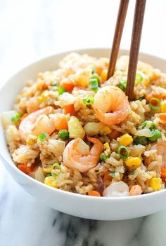 Shrimp fried rice - use cauliflower rice for super healthy meal arroz frito Fish Recipes, Seafood Recipes, Asian Recipes, Cooking Recipes, Healthy Recipes, Ethnic Recipes, Chinese Recipes, Recipies, Damn Delicious Recipes