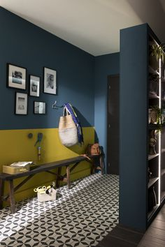 caravan decor 645492559068382129 - Couloir / Entree Bleu Jaune / Orange Source by Painting Walls Tips, Diy Painting, Living Colors, Caravan Decor, Diy Home Decor, Room Decor, Cute Dorm Rooms, Wall Paint Colors, Hallway Decorating