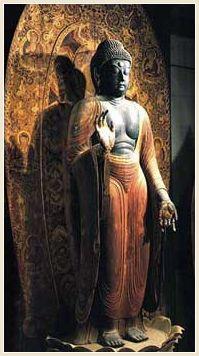 国宝 釈迦如来立像 平安時代 堂々とした平安前期を代表する榧の一木像である。 本来は薬師如来として造立されたもので、均整の整ったこの像の、特に朱色の衣の流れるような衣紋は漣波式と呼ばれる独特のもので、この様式を室生寺様と称している。 光背には七仏薬師や宝相華・唐草文が華やかに描かれている。   女人高野 室生寺