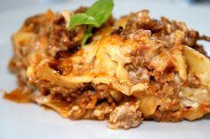 Som middagstips idag blir det krämiglasagne : Ca 4-5 pers: 10 -12 lasagneplattor (gärna färska ) 600 gram blandfärs Smör 2 pressadevitlök 1 riven gullök 1/2 dl chilisås 1 burk krossade /passerade tomater salt och peppar 2-3 dl riven ost, tex. mozarella Bechamelsås: 5 dl grädde 4 dl mjölk 1 … Läs mer