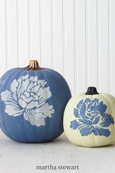 The chalk paint trend is ever strong, having inspired us to create a set of these elegant floral pumpkins. We love the combination of a matte chalk finish and these large stencil designs! They match any fall décor perfectly. #marthastewart #pumpkins #diypumpkins #falldecor #halloween Holidays Halloween, Halloween Crafts, Holiday Crafts, Halloween Decorations, Halloween Ideas, Fall Decorations, Halloween Tricks, Holiday Ideas, Halloween Costumes