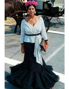 @los_volantes_de_montse @flamencasconarte  Falda de flamenca negra y camisa blanca con lunares negros