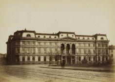 Pałac Leopolda Kronenberga wkrótce po ukończeniu budowy w roku 1871.    Pałac skierowany był główną fasadą na obecny plac Małachowskiego zatem zdjęcie zostało wykonane z ulicy Królewskiej.