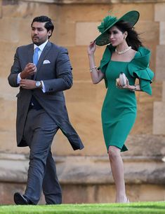 The Wedding Gifts Real Couples Exchanged on Their Wedding Day Royal Wedding Guests Outfits, Wedding Hats, Royal Weddings, Wedding Attire, Wedding Dresses, Eugenie Wedding, Elegant Dresses For Women, My Fair Lady, Fancy Hats