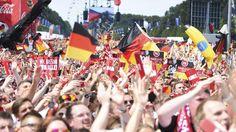Ganz klar: Gefühlt wird Deutschland von Fußball-Weltmeisterschaften zusammengehalten lol - Auch: Die wahre deutsche Teilung verläuft wohl zwischen Aldi Nord und Aldi Süd..lol - Gefühltes Deutschland! A new book by Katja Berlin - eine alleinerziehende Mutter zweier Katzen. Achtung, Ironie! 15 Dinge,die typisch deutsch sind http://www.amazon.de/Gef%C3%BChltes-Deutschland-Katja-Berlin/dp/3548375855…