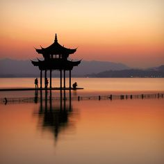 A pavilion in the West Lake in Hangzhou, the capital of Southern Song Dynasty. Places Around The World, Around The Worlds, Vietnam, Pagoda Garden, Peking, Backpacking Asia, Hangzhou, West Lake, China Travel