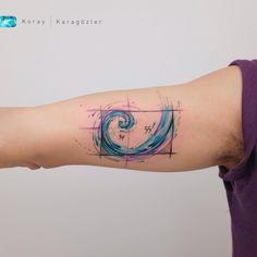 Tatuagem criada por KORAY KARAGÖZLER da Turquia.    Onda colorida no braço.