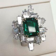 Magnificent no oil Colombian emerald ring handmade by Qui Fine Jewelry @qiuqiu_he. Via  Muzo Emeralds