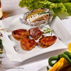 Würzig marinierte Schweinsmedaillons vom Grill mit Folienerdäpfel und Honigdip Bruschetta, Tandoori Chicken, Baked Potato, Grilling, Potatoes, Baking, Ethnic Recipes, Food, Meat