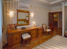 Фото интерьера спальни в классическом стиле.