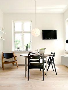 MITTELPUNKTE SCHAFFEN  Dinge, die zum Mittelpunkt taugen, wie ein großer Tisch, ein Sofa oder ein Kamin, geben einem Raum ein optisches Zent...