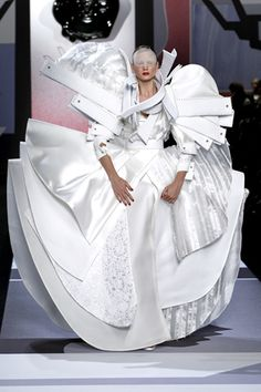 This wedding dress from Viktor & Rolf S/S 2011 collection will probably stay in my mind forever. Breathtaking!