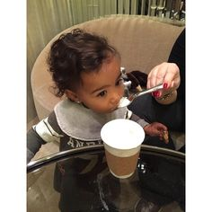 North West qui déguste son premier chocolat chaud le 14 novembre 2014