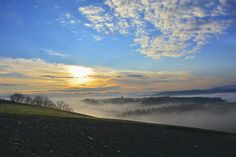 Nebbia mattutina sulla Strada Lauretana tra Asciano e Siena - Foto di Antonio Cinotti su Flickr - https://www.flickr.com/photos/antoncino/15090730239 - #Asciano #Siena #CreteSenesi #StradaLauretana