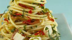 Eine feurige Mischung - Pasta mit Schafskäse, Speck und Chili | http://eatsmarter.de/rezepte/pasta-mit-schafskaese-speck-und-chili