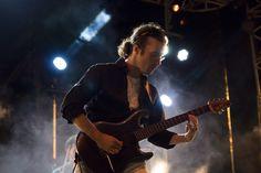 https://flic.kr/p/MsAYzb | Guitariste sous les feux des projecteurs. | Le groupe Electrad (www.electrad.fr/) lors de la Fête des pommiers à Fouesnant. By Melti Lanista