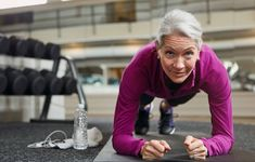 Her er 5 overraskende fordele ved at lave planken hver dag Fitness Nutrition, Fitness Tips, Fitness Journal, Biceps, 30 Day Push Up, Diabetes, Er 5, Muscle, Gym Routine