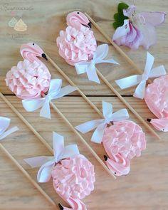 "2,657 curtidas, 106 comentários - Dani Raissa (@suspirando.merengues) no Instagram: ""1 minuto de silêncio para admirar esses pirulitos 😍💗😍 Estou apaixonada por eles 💕 . . . #flamingo…"" Meringue Desserts, Meringue Cookies, Mini Desserts, Chocolate Desserts, Mothers Day Cake, Cookie Pops, Cake Mix Recipes, Cookie Designs, Cute Food"